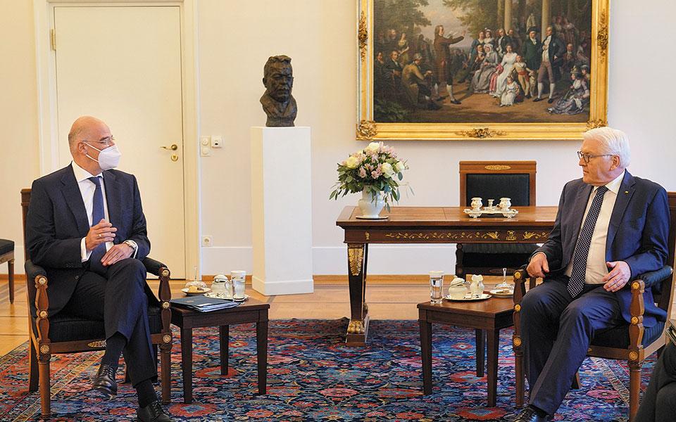 Ο υπουργός Εξωτερικών Νίκος Δένδιας κατά τη χθεσινή συνάντησή του στο Βερολίνο με τον πρόεδρο της Ομοσπονδιακής Δημοκρατίας της Γερμανίας Φρανκ-Βάλτερ Σταϊνμάγερ (φωτ. ΑΠΕ-ΜΠΕ / ΥΠΟΥΡΓΕΙΟ ΕΞΩΤΕΡΙΚΩΝ / ΧΑΡΗΣ ΑΚΡΙΒΙΑΔΗΣ)