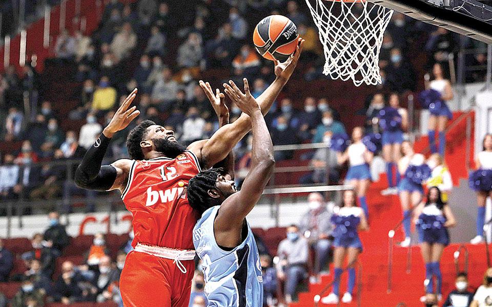 Ο Ολυμπιακός επικράτησε της Ζενίτ με 75-66 στην Αγία Πετρούπολη, ανεβάζοντας τον συντελεστή του (νίκες-ήττες) στο 4-3 (φωτ. INTIMENEWS).