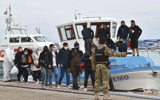 Οι 30 Τούρκοι αποβιβάζονται από το σκάφος «Nemo» στο Κατάκολο. Σύμφωνα με τον τοπικό Τύπο, οι 20 είναι αστυνομικοί, οπαδοί του Γκιουλέν, ενώ οι άλλοι 10 δηλώνουν κουρδικής καταγωγής με διασυνδέσεις με το PKK (φωτ. Giannis Spyrounis/ilialive.gr via A.P.).