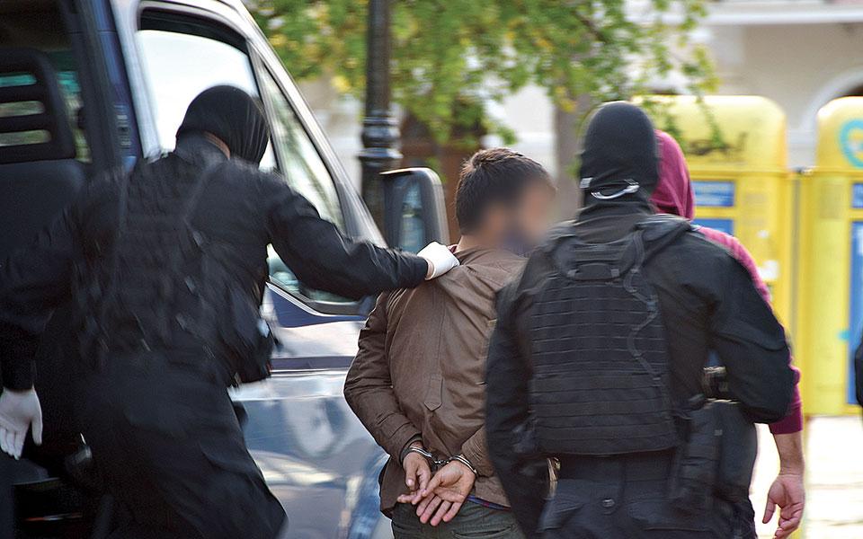 Συνοδεία πάνοπλων αστυνομικών της Ειδικής Κατασταλτικής Αντιτρομοκρατικής Μονάδας (ΕΚΑΜ) ο 27χρονος από το Τατζικιστάν οδηγήθηκε χθες το μεσημέρι ενώπιον του εισαγγελέα εφετών Ναυπλίου (φωτ. ΑΠΕ-ΜΠΕ / ΜΠΟΥΓΙΩΤΗΣ ΕΥΑΓΓΕΛΟΣ  ).