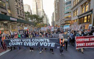 Xιλιάδες αντίπαλοι του Τραμπ κατέβηκαν στους δρόμους της Νέας Υόρκης, αξιώνοντας να καταμετρηθεί και η τελευταία ψήφος (φωτ. A.P.).