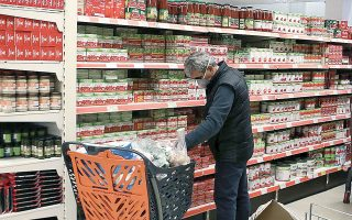 Τα καταστήματα τροφίμων θα λειτουργούν με το κανονικό τους ωράριο και όχι με διευρυμένο (φωτ. ΙΝΤΙΜΕ).