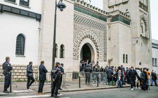 Παρίσι, 30.10.2020. Μουσουλμάνοι εξέρχονται από τζαμί μετά την προσευχή της Παρασκευής. Σημαντικοί Ευρωπαίοι ηγέτες διαχωρίζουν τους ισλαμιστές τρομοκράτες από το κύριο σώμα των μουσουλμάνων. «Να μην πέσουμε στην παγίδα να συγχέουμε τα θέματα, καταδικάζοντας όλους τους μουσουλμάνους», είπε ο Μακρόν.