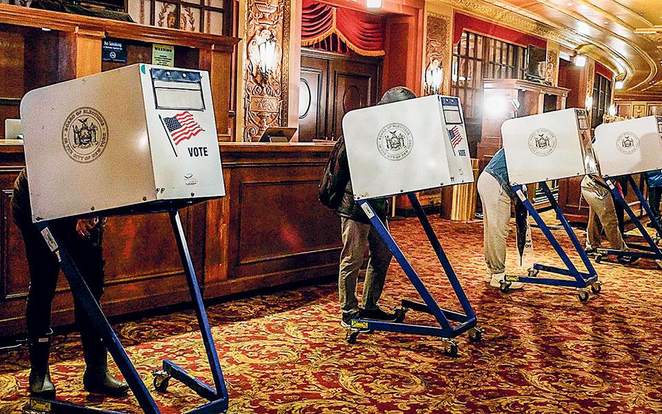 Αν και κανείς δεν μπορεί να είναι απόλυτα βέβαιος ακόμα για το ποιος θα είναι τελικά ο 46ος πρόεδρος των ΗΠΑ, σύμφωνα με τα μέχρι τώρα αποτελέσματα, ο Δημοκρατικός υποψήφιος Τζο Μπάιντεν φαίνεται να είναι πιο κοντά στη νίκη.
