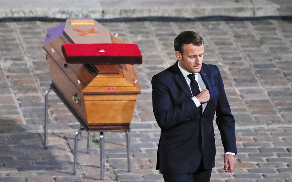 O Γάλλος πρόεδρος αποτίνει φόρο τιμής στον καθηγητή ιστορίας Σαμιέλ Πατί, που αποκεφαλίσθηκε από νεαρό Τσετσένο. Στην ομιλία του ο Μακρόν δεσμεύθηκε να διατηρήσει «ψηλά τη σημαία του κοσμικού κράτους». (Φωτ. EPA / Francois Mori)