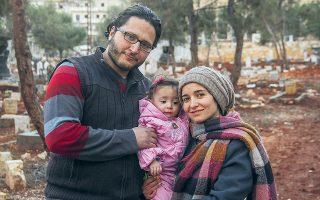 Μαζί με τον άνδρα της και τη Σάμα, η Αλ-Κατέμπ διέφυγε από το Χαλέπι στην Τουρκία, για να καταλήξει στη Μ. Βρετανία.