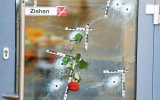 Ενα κόκκινο τριαντάφυλλο σε σημείο όπου έπεσε νεκρό ένα από τα τέσσερα θύματα του 20χρονου τζιχαντιστή στο κέντρο της Βιέννης. (Φωτ. REUTERS / Leonhard Foeger)