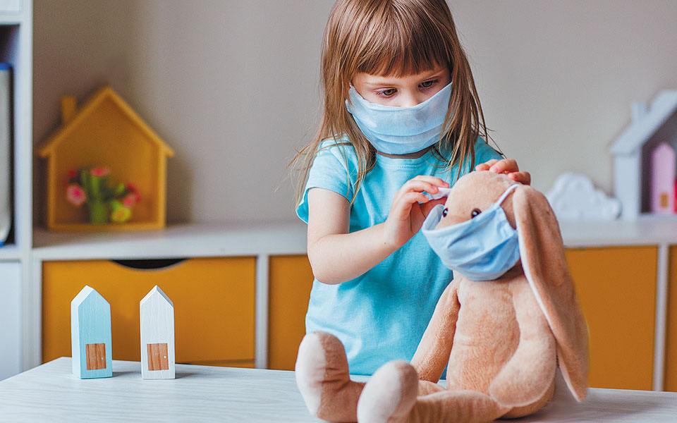 Για τα παιδιά έως και τις τελευταίες τάξεις του δημοτικού είναι εύλογο να φορούν τη μάσκα, γιατί βλέπουν και τους μεγάλους να το κάνουν. (Φωτ. SHUTTERSTOCK)