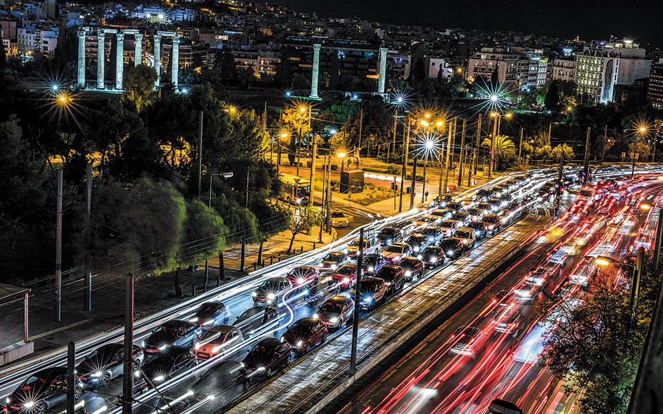 Σχεδόν μαρτυρική ήταν η κυκλοφορία με αυτοκίνητο κατά το μεγαλύτερο μέρος της χθεσινής ημέρας στην Αττική. Οι πολίτες μετακινήθηκαν για αγορές της τελευταίας στιγμής, όπως προδίδει ο συνωστισμός σε εμπορικές περιοχές. Ιδιαίτερα αυξημένη ήταν η κίνηση στις εξόδους της πόλης (φωτ. A.P. Photo / Petros Giannakouris).