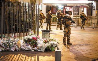 Στελέχη της ΕΥΠ, της Αντιτρομοκρατικής και της Ασφάλειας συμφώνησαν πως δεν διαθέτουν πληροφορίες ή ενδείξεις ότι οργανωμένος πυρήνας ακραίων ισλαμιστών σχεδιάζει τρομοκρατικό χτύπημα στην Ελλάδα (στη φωτ. Γάλλοι στρατιώτες φρουρούν εκκλησία μετά την πρόσφατη επίθεση στη Νίκαια). (Φωτ. REUTERS / Eric Gaillard)