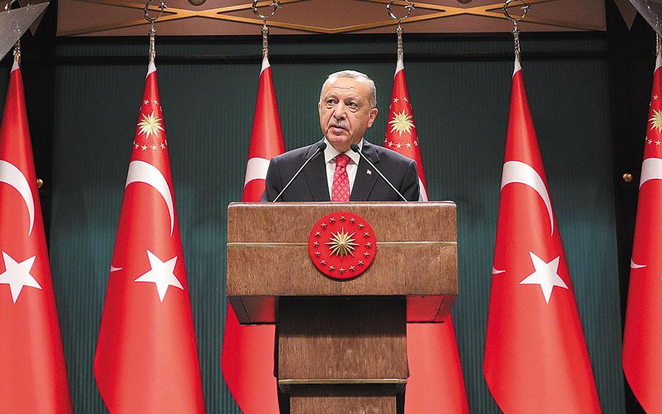 Το ισχυρότερο αφήγημα του Τούρκου προέδρου, που ήταν η οικονομία, σήμερα είναι αυτό το οποίο του προκαλεί μεγάλη πολιτική ζημιά. (Φωτ. ASSOCIATED PRESS)