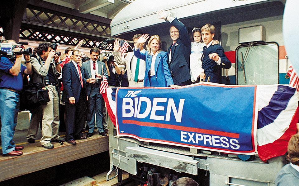 Ο Τζο Μπάιντεν με τη σύζυγο και τα παιδιά τους, τον Ιούνιο του 1987, αναχωρεί από το Γουίλμιγκτον μετά την ανακοίνωση της υποψηφιότητάς του για πρόεδρος των Ηνωμένων Πολιτειών. (Φωτ. AP Photo/George Widman)