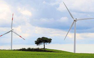 Η Ελλάδα, έχοντας θέσει τους δικούς της δεσμευτικούς στόχους για την κλιματική αλλαγή, συμμετέχει στην πρωτοβουλία της Ευρωπαϊκής Ενωσης για παραγωγή καθαρής ενέργειας σε νησιά, προκρίνοντας τα υβριδικά για την αντικατάσταση των ρυπογόνων μονάδων ντίζελ της ΔΕΗ στα μη διασυνδεδεμένα νησιά, ανοίγοντας παράλληλα τον δρόμο και για την ανάπτυξη της ηλεκτροκίνησης.