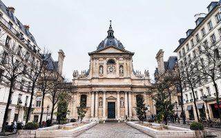 Στο Πανεπιστήμιο της Σορβόννης στο Παρίσι, «σε κάθε είσοδο έχει φύλακες, αν είσαι προσωπικό δείχνεις την επαγγελματική σου κάρτα, αλλιώς δείχνεις τη φοιτητική σου ταυτότητα», λέει στην «Κ» η διδάκτωρ Αγγελική Μπόικου. (Φωτ. SHUTTERSTOCK)