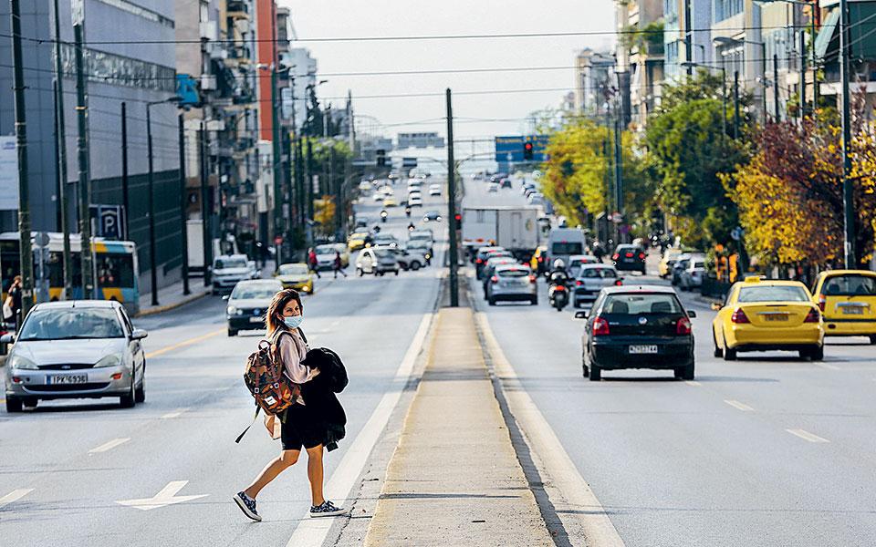 Αυξημένη ήταν η κίνηση οχημάτων χθες το πρωί στην Αττική, παρά τα μέτρα περιορισμού των μετακινήσεων που ετέθησαν σε εφαρμογή στο πλαίσιο του νέου lockdown. Από την Τροχαία διαπιστώθηκε ότι το 70% των μετακινήσεων ήταν για λόγους εργασίας και το 30% με αιτιολογία την παροχή βοήθειας σε ανθρώπους που βρίσκονταν σε ανάγκη. Χθες βεβαιώθηκαν 100 παραβάσεις των περιορισμών κίνησης, ενώ πανελλαδικά την Κυριακή πραγματοποιήθηκαν 58.033 έλεγχοι και βεβαιώθηκαν 848 παραβάσεις (φωτ. ΑΠΕ-ΜΠΕ / Αλεξανδρος Μπελτες).