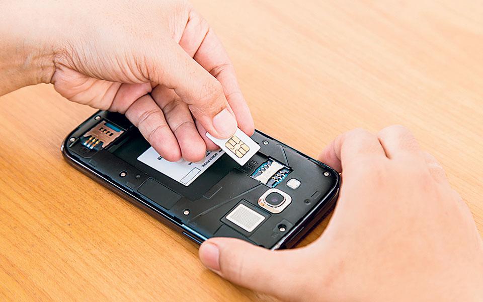 Από τις αρχές του έτους έως τον Αύγουστο, στη Δίωξη Ηλεκτρονικού Εγκλήματος είχαν γίνει τουλάχιστον 40 καταγγελίες για την απάτη «SIM swap», με τις οικονομικές απώλειες των θυμάτων να φτάνουν τις 700.000 ευρώ (φωτ. SHUTTERSTOCK).
