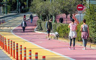 H άσκηση να γίνεται σε εξωτερικές αθλητικές εγκαταστάσεις στη γειτονιά ή στον δήμο κάθε πολίτη, συνιστά η Πολιτική Προστασία. Στη φωτογραφία, πολίτες που κάνουν περίπατο ή έχουν βγάλει το κατοικίδιο βόλτα, στο κέντρο της Αθήνας (φωτ. ΑΠΕ-ΜΠΕ/Παντελης Σαϊτας).