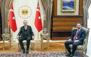Ο Μπεράτ Aλμπαϊράκ ανακοίνωσε την παραίτησή του το βράδυ της Κυριακής, ωστόσο ο εκπρόσωπος του κυβερνώντος κόμματος τόνισε ότι ο πρόεδρος Ερντογάν θα προβεί σε ανακοινώσεις όταν κρίνει ο ίδιος (Φωτ. Presidential Press Service via A.P.).