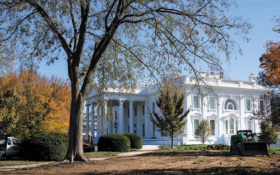O Ντόναλντ Τραμπ επιμένει να μην αναγνωρίζει την ήττα του και εμποδίζει την ομαλή διαδοχή στον Λευκό Οίκο, απαγορεύοντας τη συνεργασία των αρμόδιων κυβερνητικών υπηρεσιών με το επιτελείο του Τζο Μπάιντεν (φωτ. A.P.).