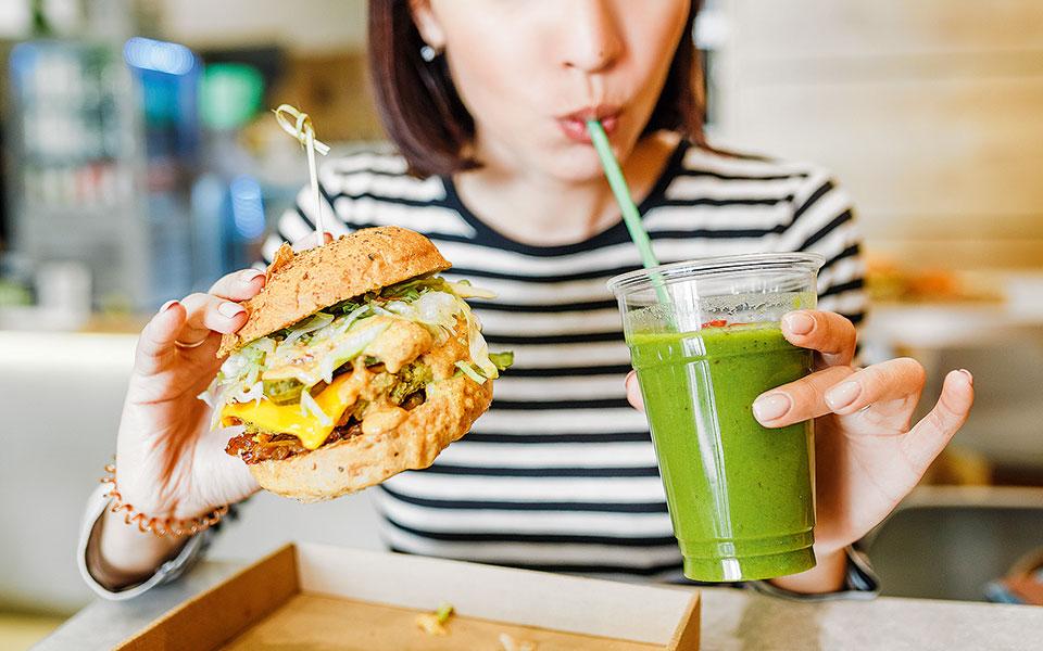 Η στροφή των μεγάλων αλυσίδων ταχυφαγείων προς τα φυτικά υποκατάστατα του κρέατος οφείλεται κυρίως στη γενικευμένη ανησυχία για τις συνέπειες της κατανάλωσης κόκκινου κρέατος στην υγεία (φωτ. SHUTTERSTOCK).