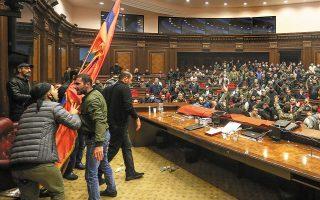 Οργή προκάλεσε στην Αρμενία η είδηση της σύναψης συμφωνίας εκεχειρίας με το Αζερμπαϊτζάν για το Ναγκόρνο-Καραμπάχ, μετά την απώλεια της στρατηγικής πόλης Σούσα. Eκατοντάδες άνθρωποι εισέβαλαν σε κυβερνητικά κτίρια, αποκαλώντας «προδότη» τον πρωθυπουργό (φωτ. Vahram Baghdasaryan / Photolure via REUTERS).