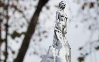 Το άγαλμα της Μέρι Γούλστοουνκραφτ που αποκαλύφθηκε χθες στο Λονδίνο.