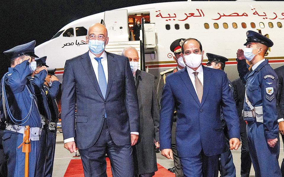 Τον κ. Σίσι υποδέχθηκε χθες το βράδυ στο αεροδρόμιο ο υπουργός Εξωτερικών Ν. Δένδιας (φωτ. ΥΠΕΞ / ΧΑΡΗΣ ΑΚΡΙΒΙΑΔΗΣ).
