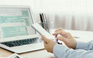Το Οικονομικό Επιμελητήριο προτείνει οι λογιστές - φοροτεχνικοί να εργάζονται με κλειστά τα γραφεία τους και η επικοινωνία με τους πελάτες τους να γίνεται μέσω ηλεκτρονικού ταχυδρομείου (e-mail) ή τηλεφωνικώς.