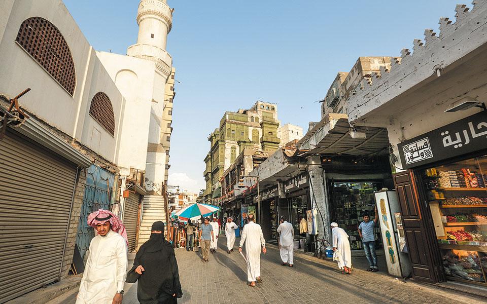 Σαουδάραβες σε δρόμο του Μπαλάντ, της ιστορικής συνοικίας που παλαιότερα υπήρξε το κέντρο της πόλης της Τζέντα (φωτ. EPA).
