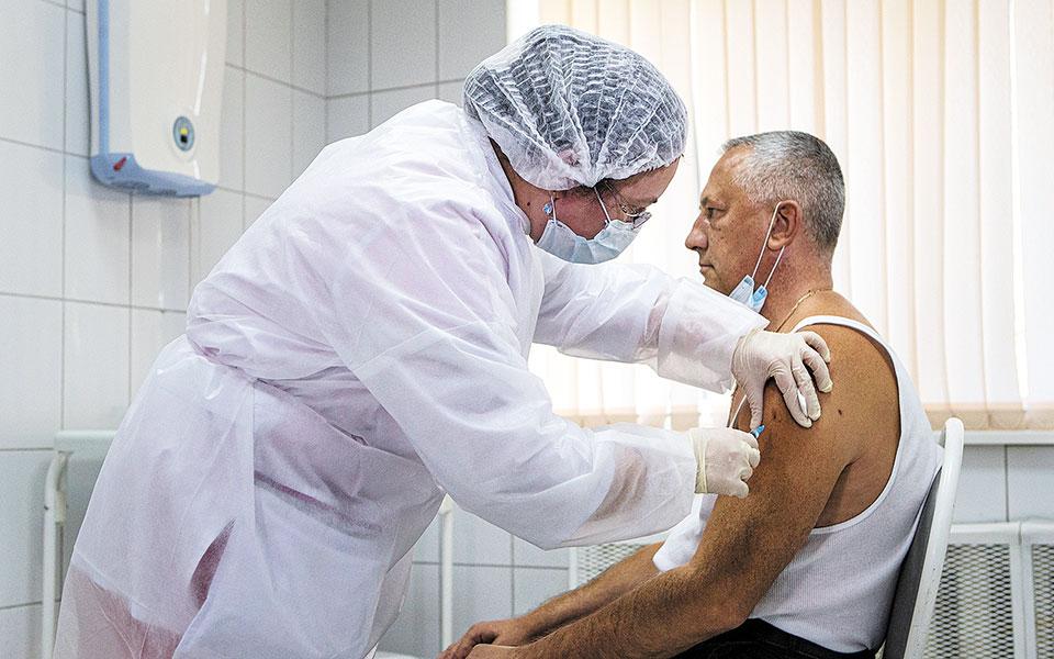 Πειραματικός εμβολιασμός με το ρωσικό Sputnik V σε υγειονομικό κέντρο, στη Μόσχα. Χθες, η Ρωσία κατέγραψε ρεκόρ ημερήσιων θανάτων, καθώς έφθασαν τους 432 (φωτ. A.P.).