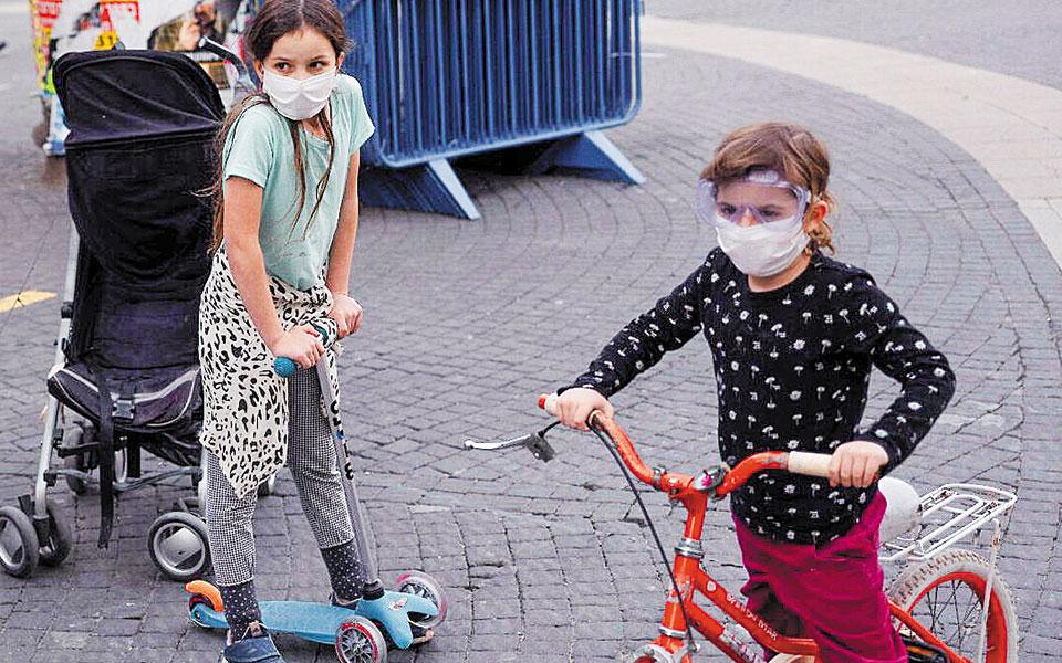 Οι ειδικοί πιθανολογούν ότι τα αντισώματα IgG, που έχουν ανιχνευθεί σε πολλά παιδιά, δημιουργήθηκαν κατά τη διάρκεια παλαιότερων λοιμώξεων (φωτ. A.P.).