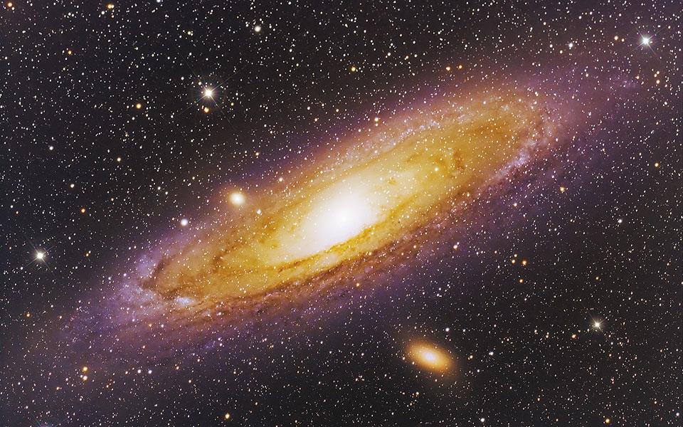 «Και είπεν ο Θεός· γενηθήτωσαν φωστήρες εν τω στερεώματι του ουρανού εις φαύσιν επί της γης, του διαχωρίζειν ανά μέσον της ημέρας και ανά μέσον της νυκτός· και έστωσαν εις σημεία και εις καιρούς και εις ημέρας και εις ενιαυτούς». Γένεσις κεφ. 1, απόσπασμα-λιθαράκι από τα Βιβλικά θεμέλια Σύμπαντος κόσμου. Kαι η υπεράνθρωπη προσπάθεια να χυθεί άπλετο φως στα  θαυμαστά μυστήρια της Δημιουργίας, να γίνει κατανοητό το απερινόητο, να αξιολογηθεί  το απειροελάχιστο του μικρόκοσμου και –ει δυνατόν...– χαρτογραφηθεί το αχανές με πλοηγό την επιστημονική γνώση, συναρπάζει και εμάς τους αδαείς. Η Κιβωτός ανακαλύψεων και αποκαλύψεων θα παραδίδεται στη σκυταλοδρομία των γενεών σ' ένα ταξίδι που εκτιμάται ότι καλώς εχόντων των πραγμάτων θα διαρκέσει 5 δισ. χρόνια, όσο δηλαδή το προσδόκιμο ζωής του ήλιου μας. Εως τότε –ποιος δεν το εύχεται;– η μαζική έξοδος σε άλλους, ασφαλείς πλανήτες, ίσως έχει κατακτηθεί προ πολλού (φωτ. shutterstock).