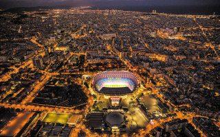 Μεγάλες απώλειες έχει η οικονομία της Βαρκελώνης εξαιτίας των επιπτώσεων που προκαλεί η πανδημία στην ποδοσφαιρική ομάδα της πόλης. Η Μπάρτσα αποτελεί ένα από τα πιο αξιόλογα τουριστικά αξιοθέατα, ενώ ενισχύει σημαντικά τα φορολογικά έσοδα και την απασχόληση στην πόλη. Φωτ. A.P. Photo / Emilio Morenatti