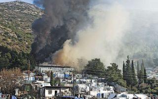 Η φωτιά στο ΚΥΤ ξέσπασε περίπου στο κέντρο του καταυλισμού, και λόγω των καιρικών συνθηκών, επεκτάθηκε γρήγορα (φωτ. SAMOS24.GR / ΓΙΩΡΓΟΣ ΠΑΤΣΟΜΥΤΗΣ).