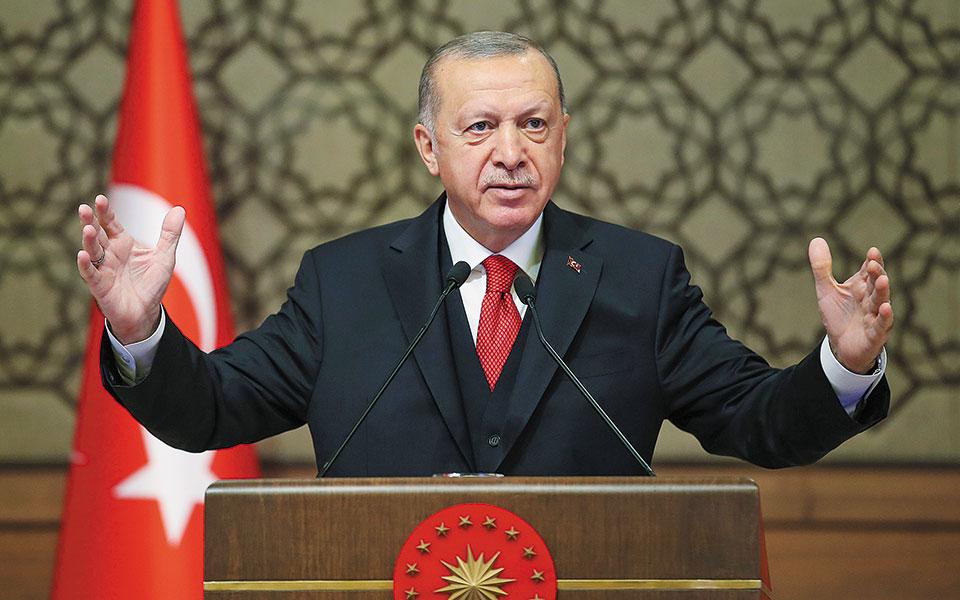 «Σε περίπτωση που σταματήσουν να κακομαθαίνουν την Ελλάδα και τους Ελληνοκυπρίους, τότε πιστεύουμε πως σύντομα στην Ανατολική Μεσόγειο είναι εφικτή μια δίκαιη συμφωνία», υποστήριξε ο Ρετζέπ Ταγίπ Ερντογάν, στην ομιλία του στην κοινοβουλευτική ομάδα του κόμματός του (φωτ. Turkish Presidency via A.P., Pool).