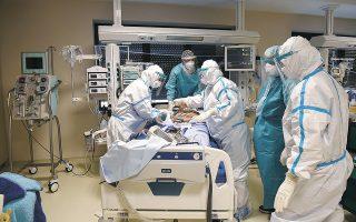 Νοσοκομείο «Παπανικολάου» στη Θεσσαλονίκη. Γιατροί και νοσηλευτικό προσωπικό στη μονάδα εντατικής θεραπείας δίνουν καθημερινά έναν σκληρό αγώνα. Από τις 148 κλίνες εντατικής COVID στη Θεσσαλονίκη, χθες κενές ήταν μόλις οι 15 (φωτ. REUTERS / Alexandros Avramidis).