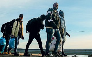 H διαδικασία της έκδοσης ηλεκτρονικών ταυτοτήτων «θα μας δώσει μια πολύ πιο καθαρή εικόνα για το ποιοι πραγματικά βρίσκονται στην Ελλάδα από τις 84.000 που έχουν καταθέσει αιτήματα ασύλου τα οποία βρίσκονται σε εκκρεμότητα», σημείωσε ο κ. Μηταράκης (φωτ. A.P.).
