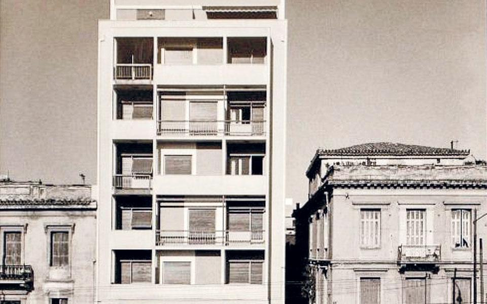 Πολυκατοικία στην Πατησίων 109, μελέτη του Δημήτρη Φατούρου (1957). Η φωτογραφία είναι του Δημήτρη Χαρισιάδη (Φωτογραφικό Αρχείο Μουσείου Μπενάκη).