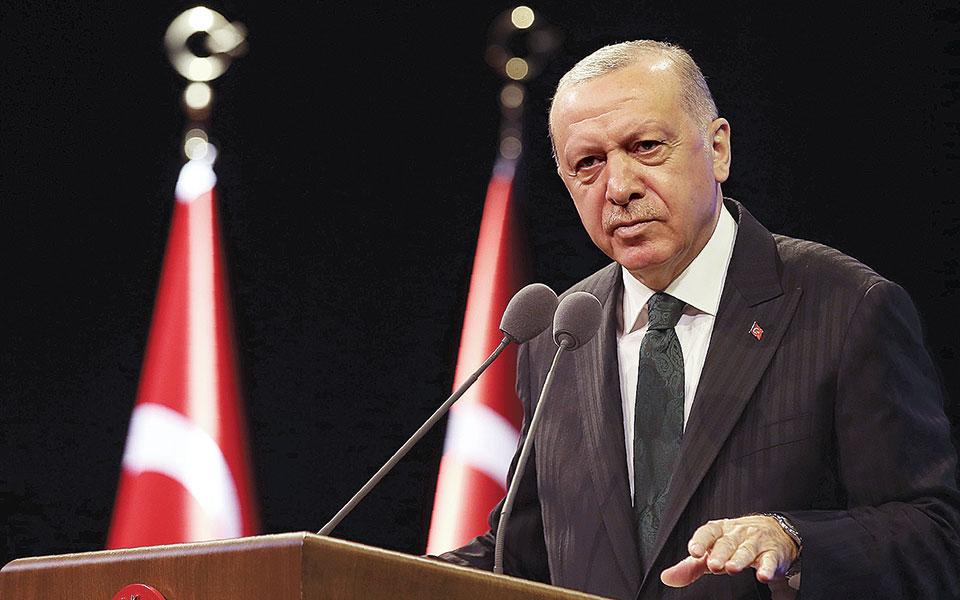 «Αν χρειαστεί ως κράτος και ως λαός θα κάνουμε θυσίες και δεν θα αποφύγουμε να εφαρμόσουμε τις πικρές και δύσκολες συνταγές», δήλωσε για την οικονομία ο Τούρκος πρόεδρος Ρετζέπ Ταγίπ Ερντογάν (φωτ. A.P.).
