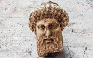 Η κεφαλή του Ερμή βρέθηκε σε βάθος μόλις 1,3 μ. από την επιφάνεια της οδού Αιόλου. (φωτ. Greek Culture Ministry via A.P.)