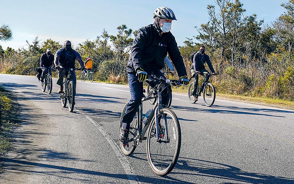 Ο εκλεγμένος πρόεδρος Τζο Μπάιντεν απολαμβάνει τη βόλτα του με ποδήλατο στο πάρκο Cape Henlopen (φωτ. A.P.).