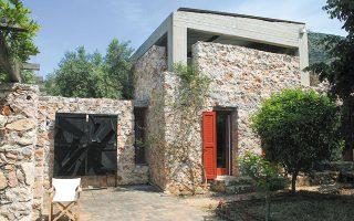 Κατοικία που σχεδίασε ο Δημήτρης Φατούρος σε αγρόκτημα στο Μαρκόπουλο.