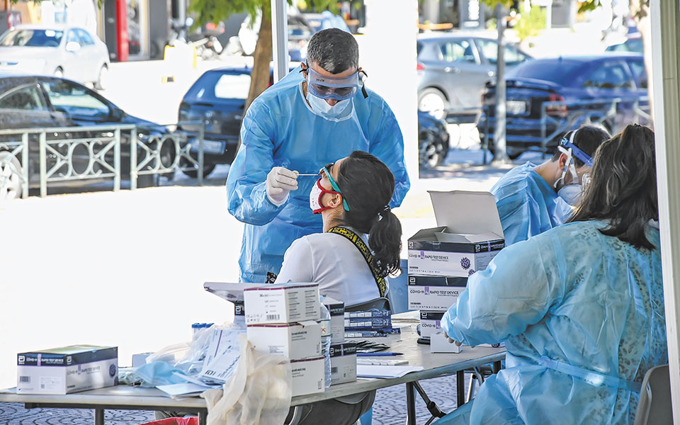Χθες ανακοινώθηκαν 2.422 νέα κρούσματα κορωνοϊού στην Ελλάδα και 63 θάνατοι ασθενών με COVID-19.