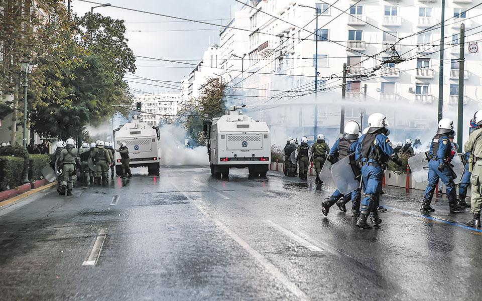 Οι αύρες της αστυνομίας, στα Προπύλαια, επιστρατεύθηκαν για να απομακρυνθούν οι διαδηλωτές (φωτ. INTIME NEWS).