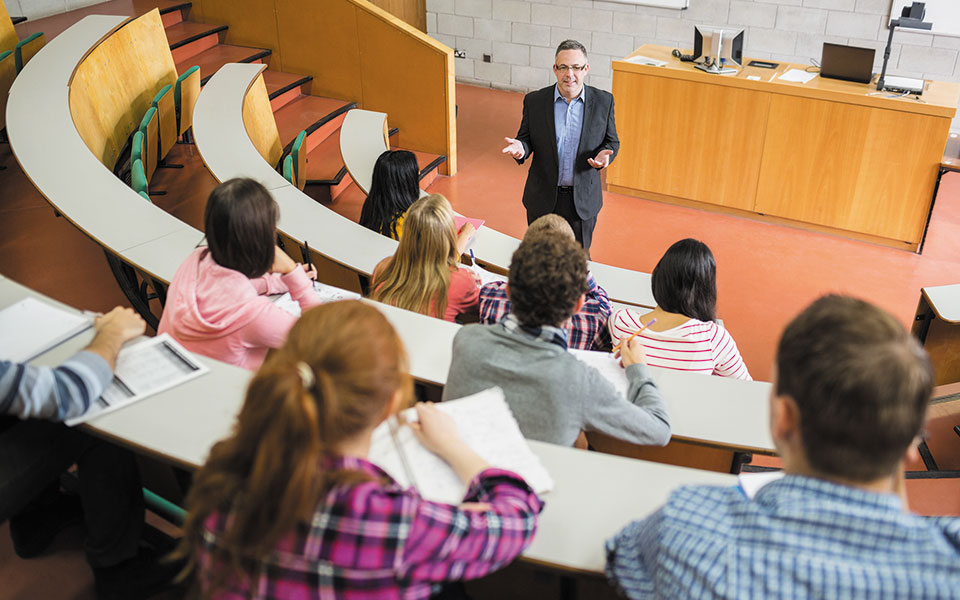Οι ξένοι φοιτητές και καθηγητές στη Βρετανία αποτελούν το 18% του ακαδημαϊκού πληθυσμού της χώρας (φωτ. SHUTTERSTOCK).