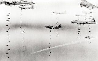 Αμερικανικά «Ιπτάμενα Φρούρια» Β-17 βομβαρδίζουν τη Δρέσδη, τον Φεβρουάριο του 1945. Κάπου από κάτω τους βρισκόταν ο Κερτ Βόνεγκατ... SHUTTERSTOCK