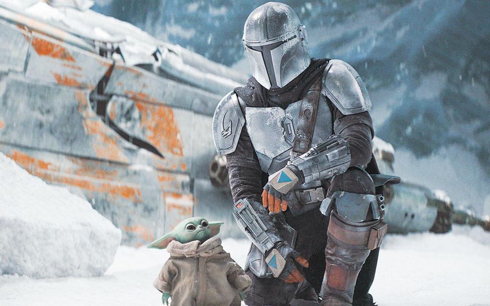 Ο ηθοποιός Πέντρο Πασκάλ κρύβεται πίσω από τη μάσκα του Mando. Στο πλευρό του, ο αξιαγάπητος Baby Yoda.