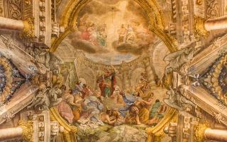 Aπό τις συγκλονιστικότερες μεταστροφές των αιώνων όταν ο Σαούλ (Σαύλος) σκηνοποιός στο επάγγελμα αλλά ευρυμαθής, λυσσώδης διώκτης των χριστιανών, ύστερα από θεϊκή παρέμβαση, φωτίστηκε, κατέστη πλήρης πνεύματος Αγίου ξεκινώντας το ιεραποστολικό έργο του ο «υπέρ πάντας τους άλλους Αποστόλους  κοπιάσας». Τα βήματά του τον έφεραν και στην Αθήνα όπου κήρυξε τον θείο λόγο στον βράχο του Αρείου Πάγου. Πώς σκιαγραφείται από μελετητές-ερμηνευτές των ιερών κειμένων; Κρίσις και αντίληψις ισχυρά, καρδία πυρίνη, θέλησις χαλυβδίνη, ετοιμότης και ευστροφία, οργανωτική ικανότης σπανία.  Επάνω, νωπογραφία στον τρούλο του ναού Αγίου Παύλου στην Μπολόνια της Ιταλίας με θέμα την επίσκεψη του Αποστόλου των Εθνών (η μορφή του κυριαρχεί στο κέντρο) στην Αθήνα (φωτ. shutterstock).