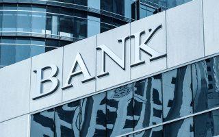 Η Κομισιόν υπογραμμίζει ότι τα μορατόρια που έχουν δοθεί ξεπερνούν τα 20 δισ. ευρώ και αντιπροσωπεύουν το 12% του ενήμερου χαρτοφυλακίου δανείων των τραπεζών.