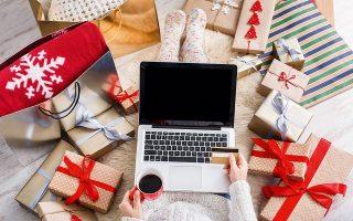 Οι αγορές των εορτών άρχισαν νωρίτερα φέτος και για πολλούς είναι ένας τρόπος να φέρουν λίγο πιο... κοντά τα Χριστούγεννα (φωτ. SHUTTERSTOCK).